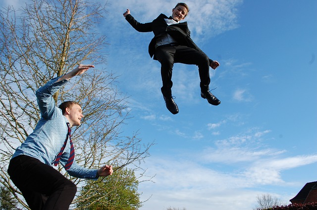 skákající děti