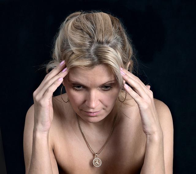žena trpící bolestí hlavy