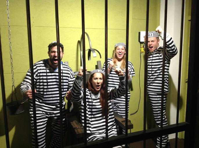 lidé za mřížemi.jpg